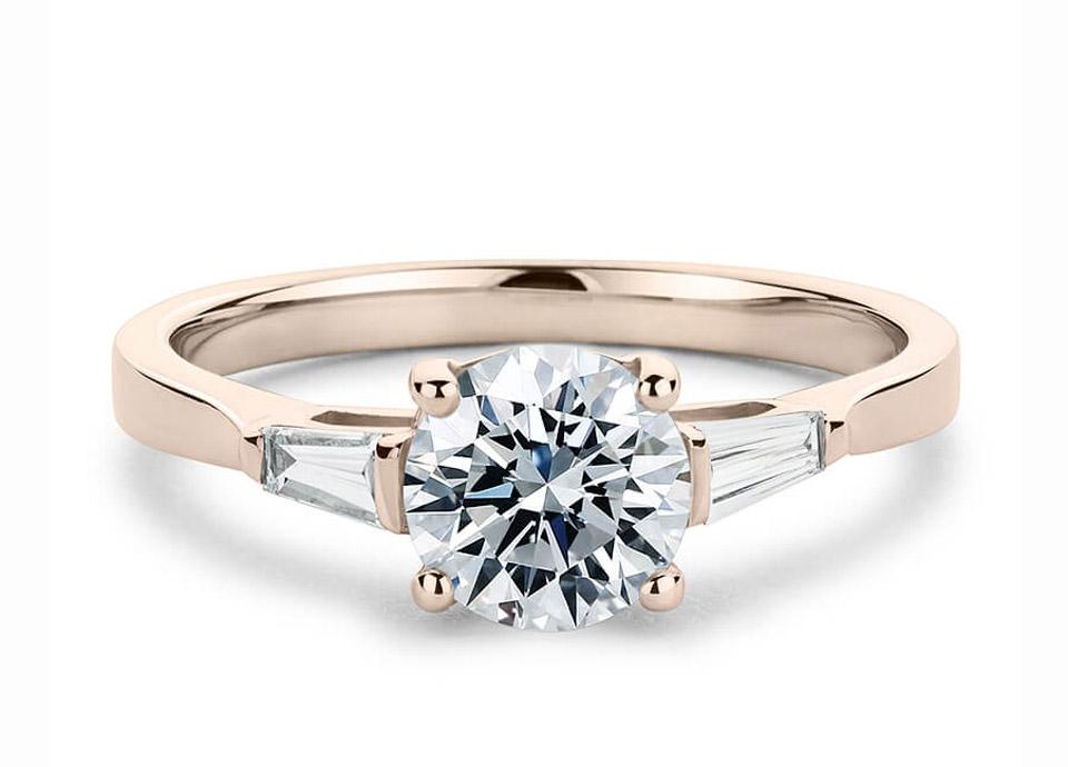 Mονόπετρο δαχτυλίδι με δυο κωνικά διαμάντια από baguettes 6a717acd7ef